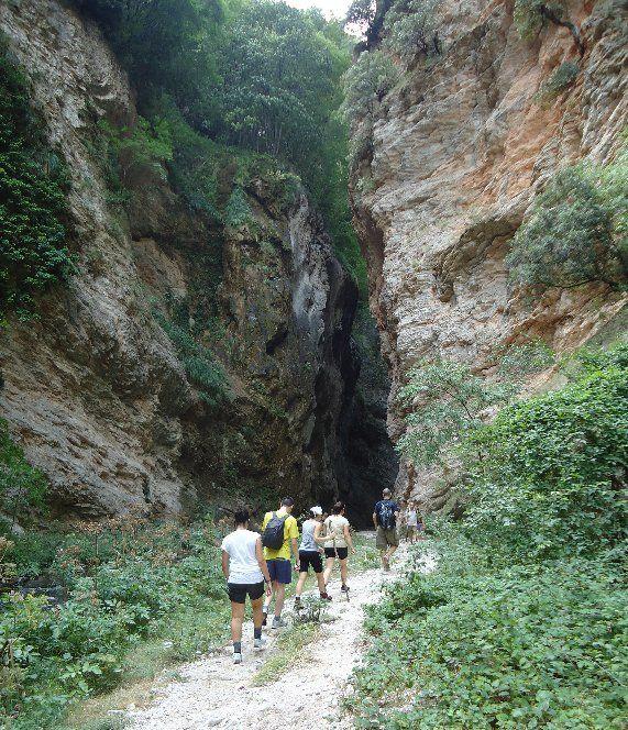 """""""Gole del fiume Fiastrone"""": la voragine naturale che toglie il fiato. Uno dei luoghi più belli e misteriosi dei Monti Sibillini (FOTO)"""
