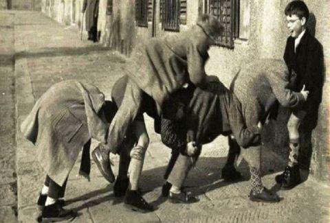 Κρυφτό βόλοι και μακριά γαϊδούρα: Ρετρό φωτογραφίες από παιδικά παιχνίδια μιας άλλης εποχής!
