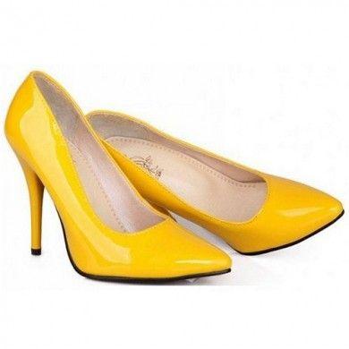 SCARPIN VERNIZ AMARELO - Scarpin de couro ecológico com efeito em verniz. Salto de 10cm. Como este modelo possui a forma pequena, aconselhamos a compra de um tamanho maior que o usual. Sapatos Importados. Tamanhos 33 ao 42. Só R$ 269,00!!