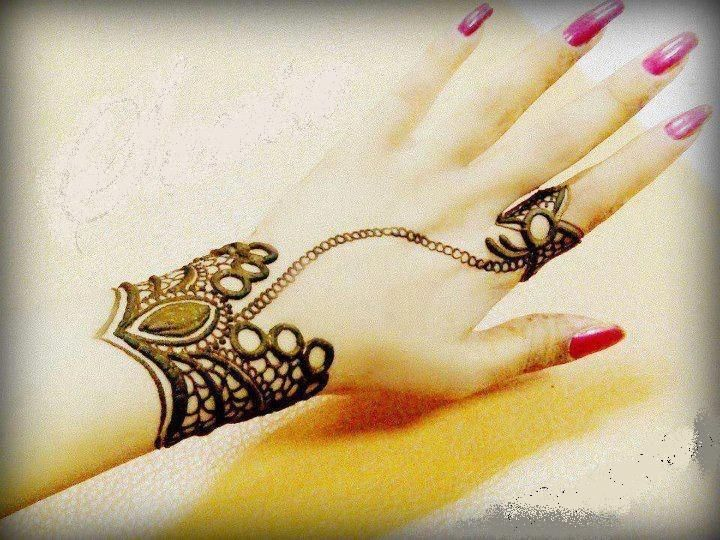 A Beautiful Simple Mehndi Design That Consists Of An Intricate