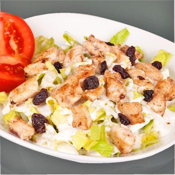 Esta ensalada de pollo con pasas y yogur es muy sencilla y con pocos ingredientes. La vinagreta de yogur especiado aporta un toque muy especial.