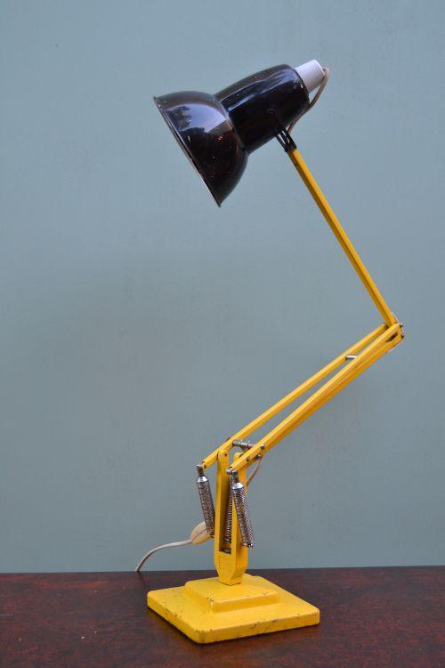 """Lampe anglaise """"ANGLEPOISE"""" circa 1940 La lampe Anglepoise est la lampe de bureau par excellence, intemporelle, décalée, elle a servi d'inspiration à de nombreuses lampes telle que la Luxo de Jacobson. Aujourd'hui cette lampe est une pièce de design de collection Piètement en fonte d'acier, bras en métal et réflecteur en tôle. H: environ 94 cm entièrement dépliée Base carrée en fonte de 15 cm A noter; quelques rayures d'usage sur le réflecteur - 180,00 €"""