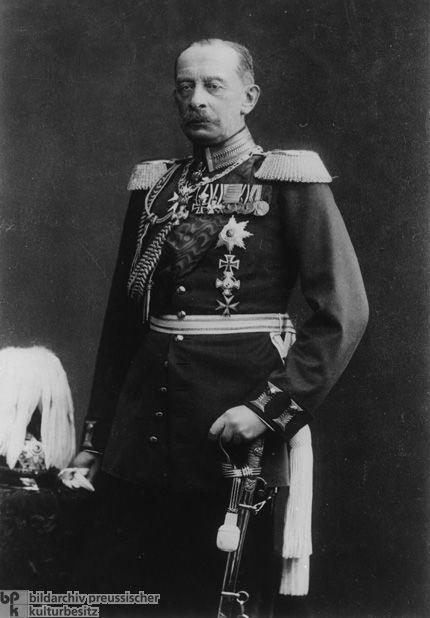 Alfred von Schlieffen(geboren in Berlijn op 28 februari 1833) heeft het Von Schlieffenplan, de Duitse strategie bij de Eerste Wereldoorlog bedacht en was een Duitse generaal. Hij had verwacht dat de Russische mobilisatie erg traag zou zijn en dat ze als eerste het best -via België- Frankrijk binnen konden vallen. Dit was echter niet het geval en dat leidde tot een tweefrontenoorlog voor Duitsland.