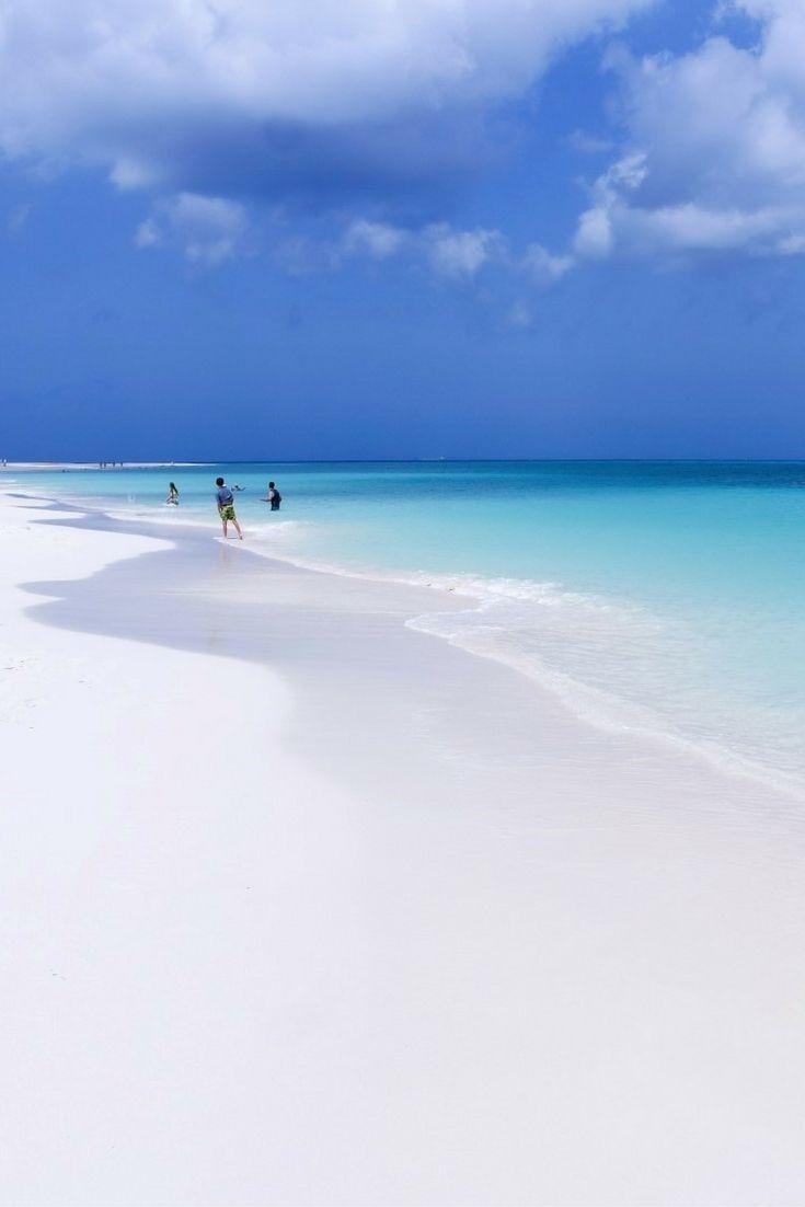 Schneeweißer Sandstrand vom Eagle Beach Aruba: Das ist der schönste Strand der Karibik.