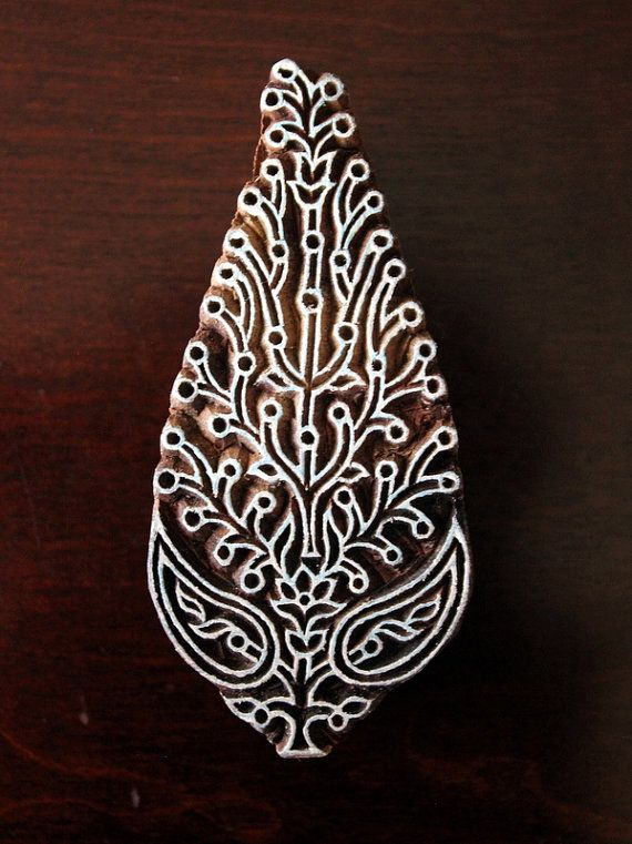 Indiase handgemaakte houten stempels zijn een unieke combinatie van kunst, vaardigheid & functionaliteit!  Deze houten stempel beschikt over een paisley / floral motief, zeer ingewikkeld handgesneden op het blok hout. De stempel maatregelen 4 inch (76 mm) met 1,75 inch (38 mm) en 1.4 inch (36 mm) dikke.  Paisleys, ontstaan in Perzische landen maar nu is een van de meest populaire motieven in de wereld. Of de architectuur, sieraden of textiel, Perzische tapijten, sieraden, die terugga...
