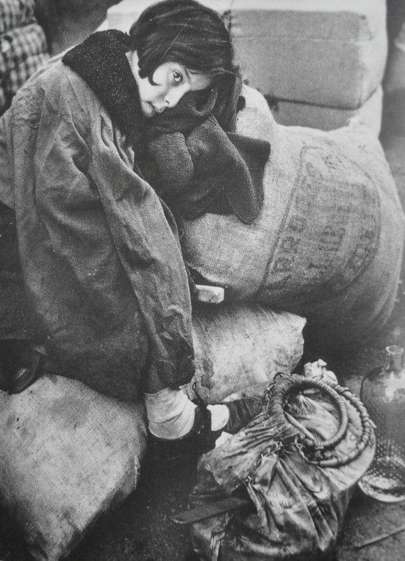 ROBERT CAPA . REFUGIADOS ESPERANDO EN LUGAR DE TRANSITO HACIA FRANCIA.. EU-topías: Robert Capa, las paradojas de un fotógrafo bipolar en la Guerra Civil española