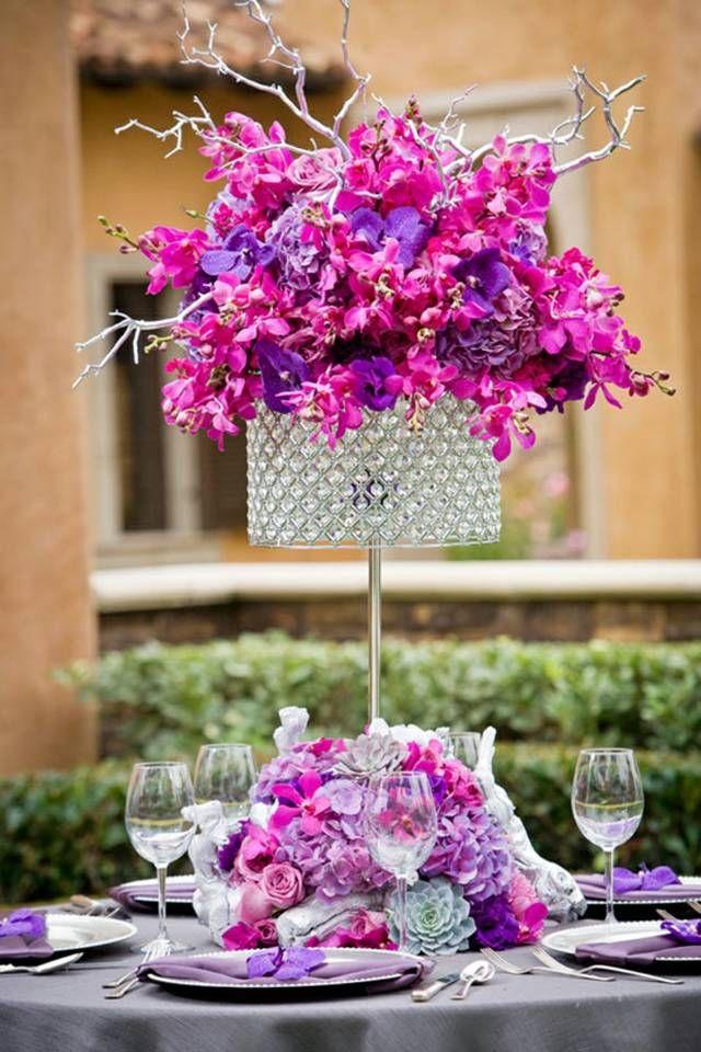 opulenter Strauß aus Orchideen Kristall Vase lila Tischdecke