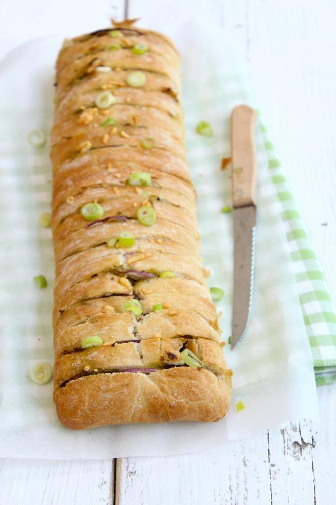 Snackbrood met pesto en rode ui - Lekker en Simpel