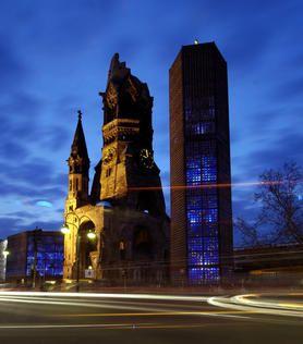 Il campanile diroccato di una chiesa in mattoni rossi sembrava essere il centro della città. Man mano che che camminavano, avevano l'impressione che le vie cittadine convergessero tutte verso quel punto, come attratte da una sorta di magnetismo.