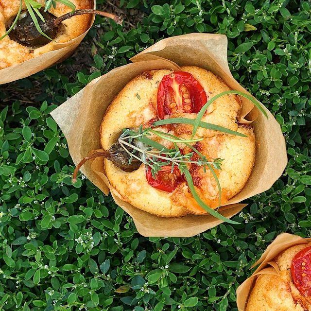 Laskominy od Maryny: Sýrové muffiny se šunkou, rajčaty a kapary