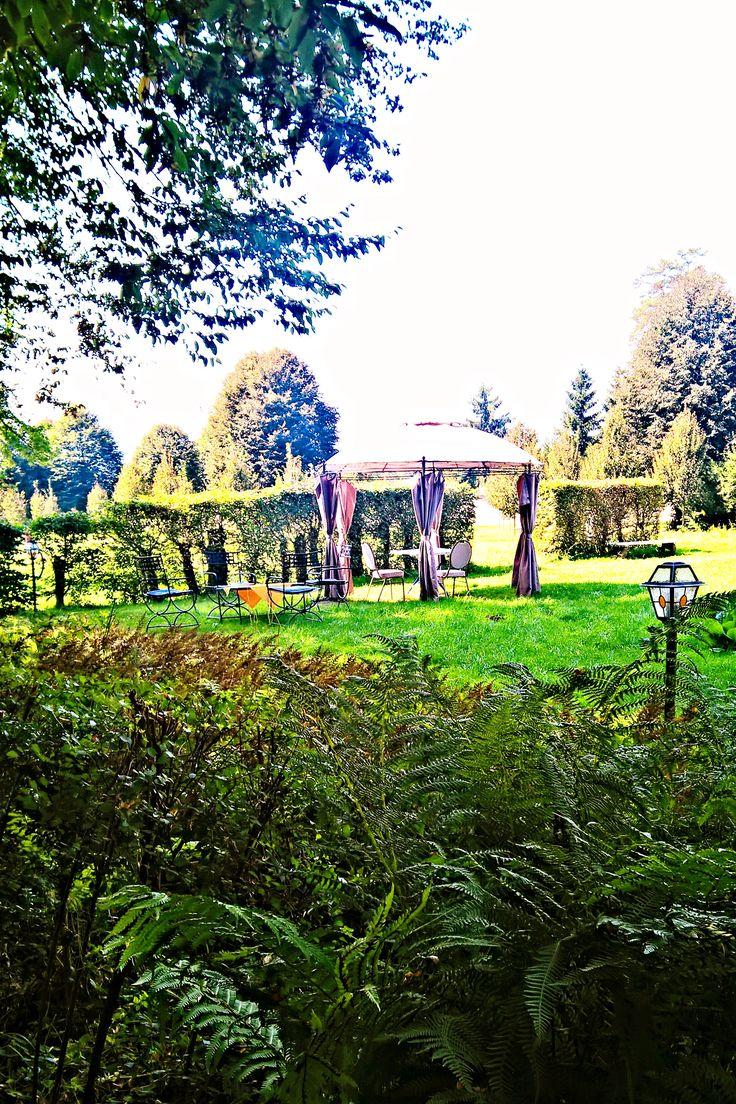 Parcul reşedinţei de vară Brukenthal din Avrig este un complex de grădini în stilul barocului târziu. Singura grădină-monument din Transilvania,care s- a păstrat în mare parte în conformitate cu structura iniţială. O plimbare prin grădinile palatului va ofera, însă, ocazia să descoperiti şi alte frumuseţi conservate din perioada în care aici îşi petrecea verile celebrul baron Samuel von Brukenthal.