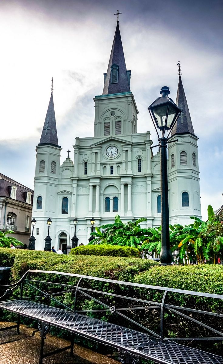 St. Louis Cathedral in Jackson Square, New Orleans!  Click through to see the top 10 things to do in New Orleans.