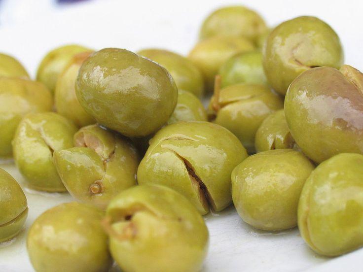 Cómo aliñar unas aceitunas: ajo +oregano+pimenton+cominos vinagre. Refrigerar x 2 hrs.