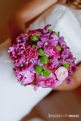 Bukiet ślubny z amarantowych i zielonych kwiatów
