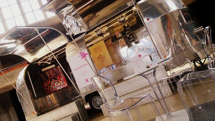 Art gallery truck / mobile art gallery / mobile art exhibition / contemporary art exhibition system / moder exhibition / contemporary art / prosta miłosna poezja / ya kenaya / małgorzata kalinowska / slow fashion / sow art