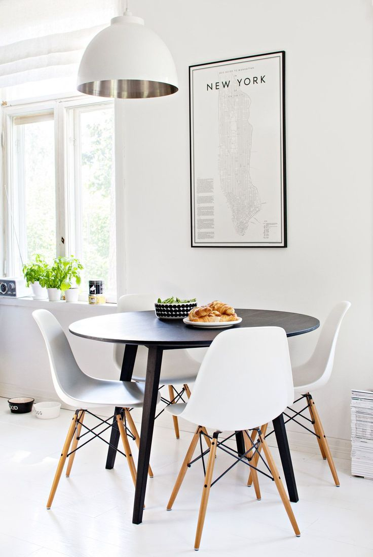 Salle A Manger Design Avec Table Noire Et Chaises Blanches Et Pieds En Bois Clair Style Scand Minimalist Dining Room Retro Dining Rooms Dining Room Industrial