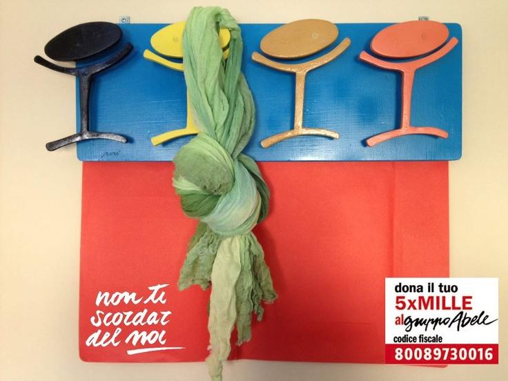 """Pubblichiamo la foto fuori concorso mandata da alcuni amici del servizio di accoglienza della nostra associazione. Un """"nodo"""" per noi significativo, perché la sciarpa (verde speranza) è appesa al vecchio logo del Gruppo Abele. Chi di voi lo ricorda?"""