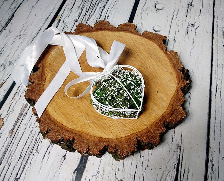 Białe pudełeczko na obrączki, wypełnione mchem - jeśli planujesz wesele w stylu boho, ta dekoracja będzie pasować idealnie!
