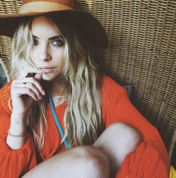 We're obsessed with this indie look on Ashley. | Pretty Little Liars