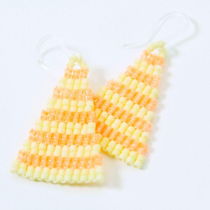 ピアス(Isosceles・ストライプ×ピンク)  二等辺三角形のビーズピアス。  夏っぽい着こなし時におすすめ。  サイズ:縦3cm×横2cm