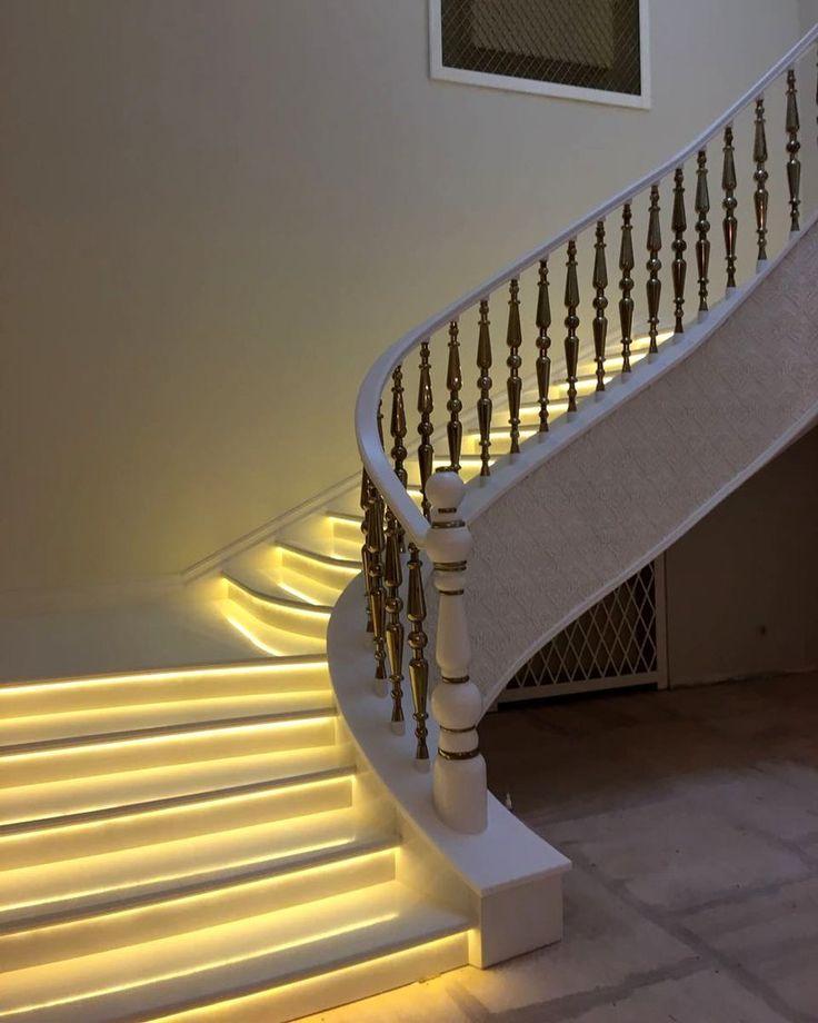 Белая лестница с подсветкой из искусственного акрилового камня. Белые поручни перил из акрила. Дизайн лестницы, лестница в интерьере дома. Де Арт