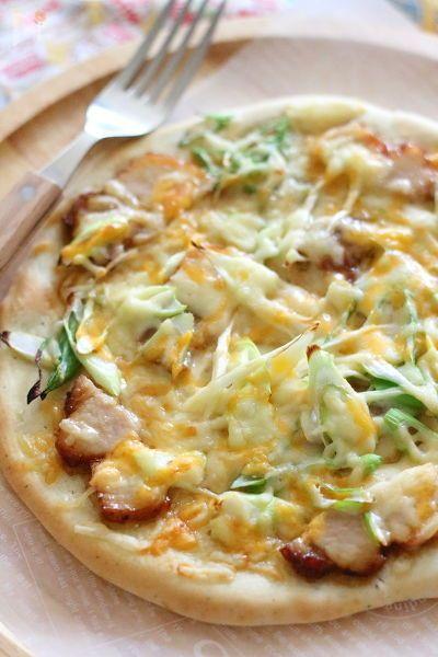具は焼き豚とネギ。  ピザソースの代わりに、マヨネーズ+ポン酢で和風な味付けに。辛くする場合は七味がおすすめです。     ピザ生地は発酵いらず。薄くのばせばクリスピーになり、分厚く作るとボリューム満点なものになります。     クリスピーな生地なら、20cmのものが4枚ほど作れる分量です。