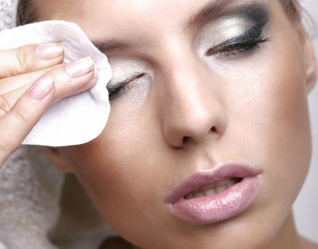 Os removedores são essenciais para quem não dispensa maquiagem. Aprenda a fazer um removedor de maquiagem caseiro.