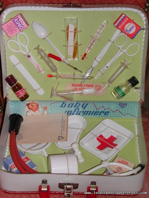 Les Poupees D'autrefois - Malette d'infirmière années 50.  J'ai eu pour Noël une mallette similaire avec l'uniforme d'infirmière.