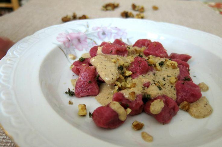 era da un po' di tempo che volevo fare una ricetta con gli gnocchi di rapa rossa che fosse adatta anche per una dieta vegetariana, anzi vegana, le noci...