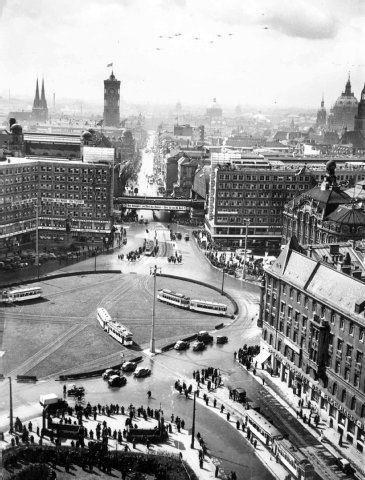"""Alles steht still auf dem Alex als Joseph Goebbels am 9.April 1938 in Wien Das """"Grosse Deutsche Reich"""" ausruft"""