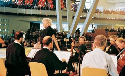 lunchkonzerte in der Philharmonie - noch bis zum 23. Juni 2015 (um 13 Uhr) im Foyer der Philharmonie findet Kammermusik auf höchstem Niveau bei freiem Eintritt und gutem Essen statt. Das 40- bis 50-minütige Programm wird nicht nur von Mitgliedern der Berliner Philharmoniker und Stipendiaten der Orchester-Akademie bestritten, sondern auch von Instrumentalisten des Deutschen Symphonie-Orchesters und der Staatskapelle Berlin sowie Studierenden der Berliner Musikhochschulen.