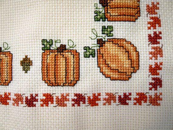 Este paño de pan la caída es la mano cosida con calabazas, bellotas y hojas de Otoño colorido. Es ideal para forrar una cesta para su mesa, decoración para el hogar o para una canasta de regalo. Perfecto para llevar un toque de otoño a su casa y una gran adición a la mesa de acción de gracias. Paños de pan hacen gran anfitriona y la casa regalos de calentamiento. Cosida en una tela poliéster de 14 CT. crema con bordes con flecos mide 18 x 18. Lavar en agua fría y un jabón suave a mano…