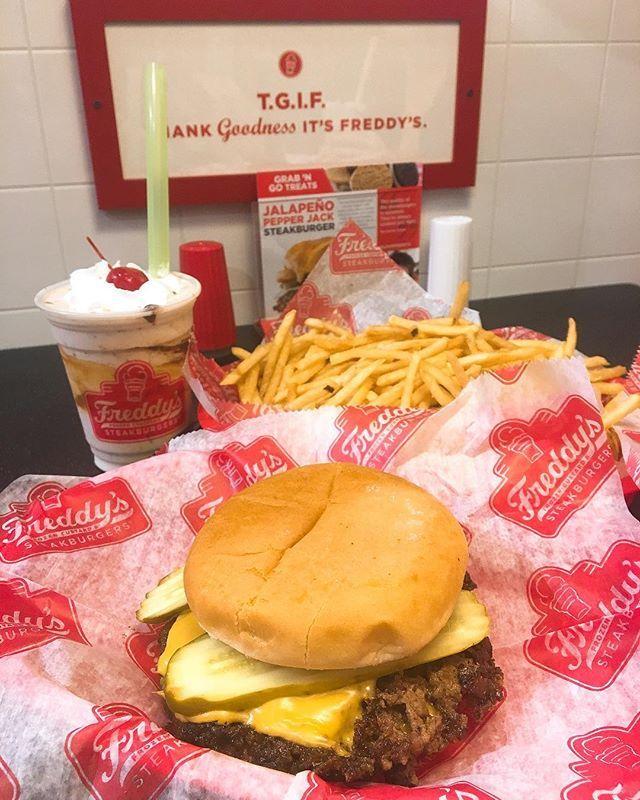 たぶんFBで見つけて気になってたお店。 せっかくだからとシェイクまで! パテががっつりお肉🍔 @freddysusa  これまたおいしかったあああああ #海外生活 #アメリカ生活 #アメリカ #カンザス #カンザスシティ #ハンバーガー #ステーキバーガー  #アメリカ旅行 #旅#アメリカ観光 #肉 #kansas #kansascity #freddys #steakburger #hamburger #burger #instaburguer #burgergram #travelgram #instatravel #foodstagram #instafood #foodporn #shake #sweettooth