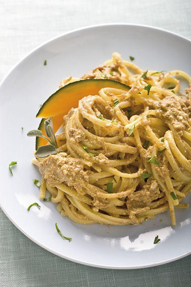 Bavette con salsa di zucca, tofu e funghi. Ricetta di Giuseppe Capano Foto di Laila Pozzo Tratta dalla rivista Cucina Naturale.