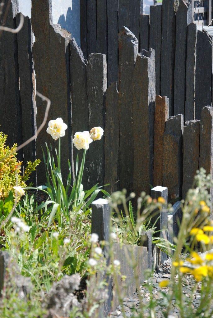 Piquets en ardoise dans un jardin pour créer une séparation