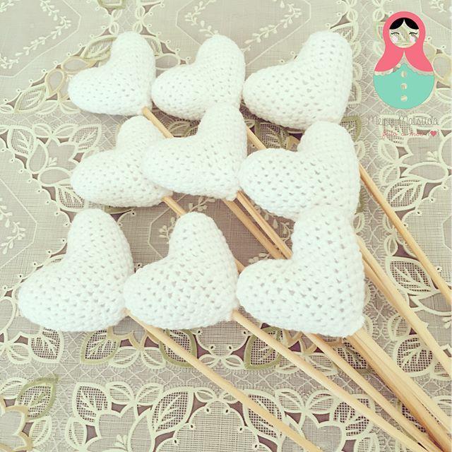 Palitinho decorativo em coração. Perfeito para chá de bebe, batizado ou mini wedding. Feito em fio 100% algodão, enchimento em fibra de silicone anti-alérgica e palito em madeira de reflorestamento. Produto desenvolvido especialmente para o chá de bebê do Enrico Bacchi. Medidas: 25cm • FORA DE LINHA • . . . . #meirymatsuda #amigurumi #croche #crochet #bebe #baby #newbornphoto #recemnascido #decor #decorkid #decoracaoinfantil #brinquedo #toy #handmade #artesanato #maternidade #maternity…