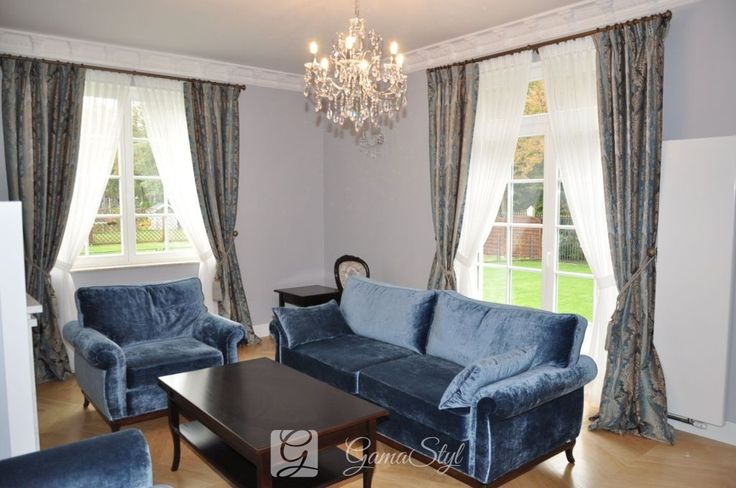 Klasyczne upięcie firan i zasłon w salonie, dekoracja okien, tkaniny zasłonowe, dekoracje okienne warszawa