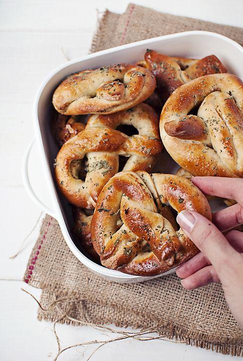 Covrigi calzi umpluti cu nebunii/ Hot pretzels