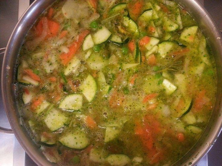 MINESTRONE Olio, lardo, 1 cipolla , 4 patate, 3 carote, 2 zucchini, una manciata di piselli, un rametto di salvia e uno di rosmarino, una manciata di prezzemolo, sale, pepe e 2 litri di acqua
