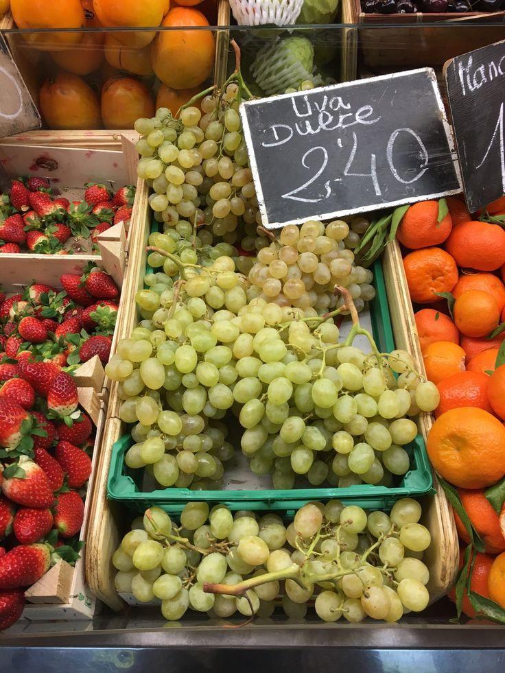 Esté es un foto de uvas.  Hay muchas uvas en el Mercado Central.  En España hay un tradición español se celebra comiendo doce de ellas. Nos gustamos uvas muchísimo especialmente de España.