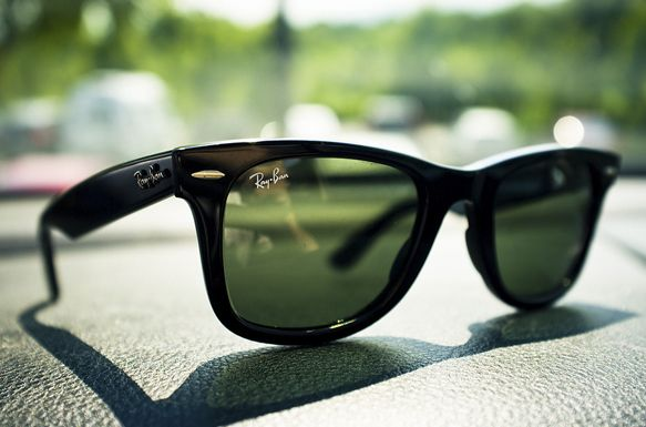 Легендарные очки Ray Ban Wayfarer.          В свое время их носили Одри Хепберн и Джон Кеннеди, а Боб Дилан без них не появлялся на публике. И это только несколько примеров из истории Ray Ban Wayfarer. Читайте новую статью в нашем блоге. Дальше - больше и интереснее! #wayfarer, #rayban, #sunglasses, #glasses, #optix_su, #очки, #солнцезащитныеочки, #райбан, #знаменитости, #статья