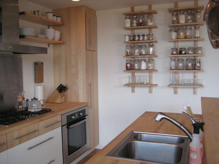 Кухня выполнена преимущественно из светлого дерева, имеет всю необходимую технику и массу мета для хранения. .