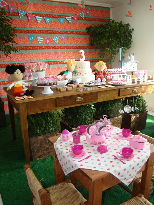 Charlie and Lola party setting idea to make your kid's party extra special.