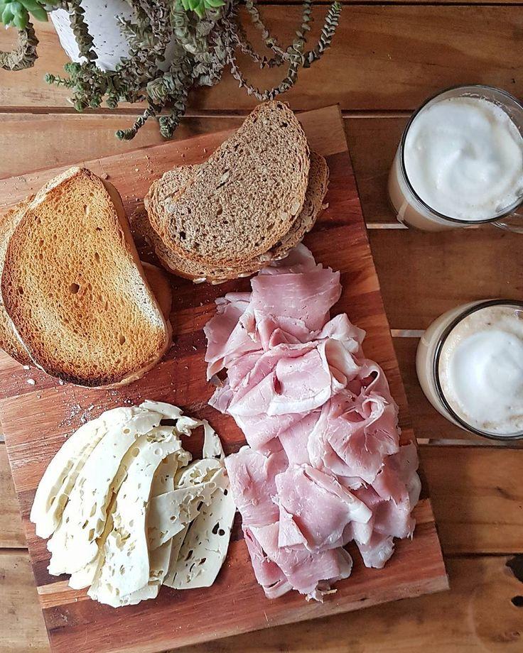 A estas alturas creo que ya se dieron cuenta que podría vivir a picada... Qué pasa si hacemos algo parecido pero para el desayuno?  Rico pan tostado un buen queso y fiambre café con leche alguna fruta si querés y listo a disfrutar!  #HomeMade #HomeStyle #LosDesayunosdelGordo