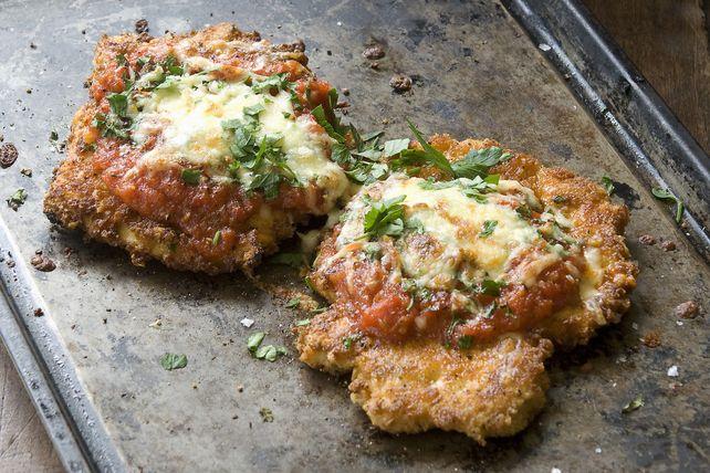 Poulet parmesan en sauce marinara cuit au four