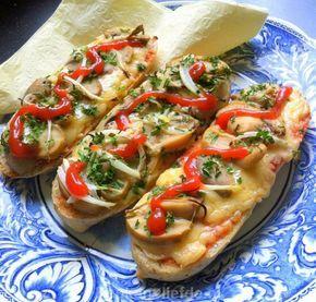 Heerlijke snelle snackbroodjes uit Polen! Zapiekanka is een met champignons, uien en kaas belegde baguette uit de oven en wordt geserveerd met ketchup.