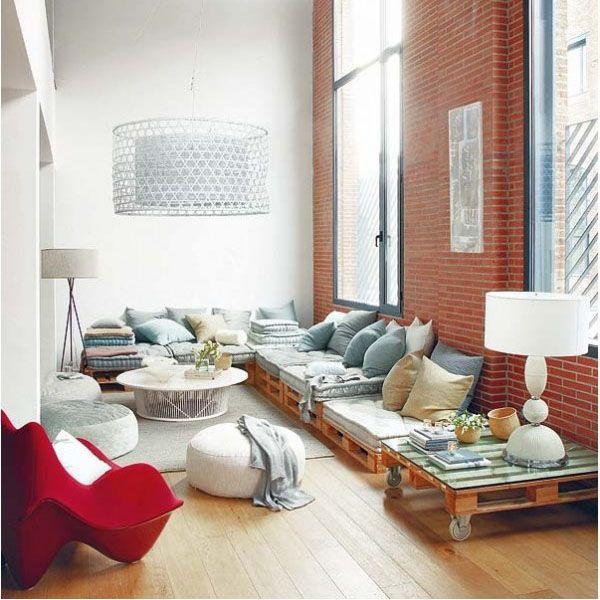 フロクッションや、フロアソファなど、床に近い位置で寛ぐリビングスタイルを紹介しています。一般的なソファよりも視線も体勢も低くなって、お部屋も広く見えますよ~。