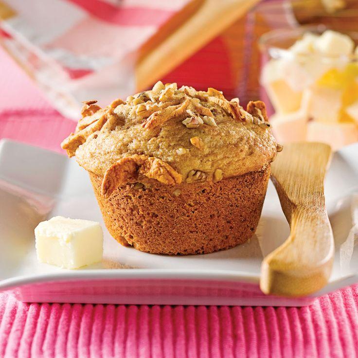 Ces muffins santé surprennent! La compote de pommes les rend tendres et savoureux. En laissant tomber les noix, on obtient également une collation extra pour la boîte à lunch des enfants.
