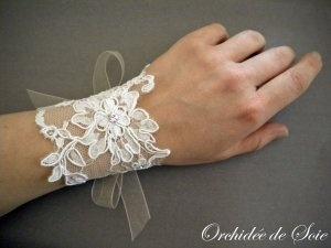 Bracelet de mariée en dentelle rebrodée et strass cristal orchidée de soie  Bridal lace cuff