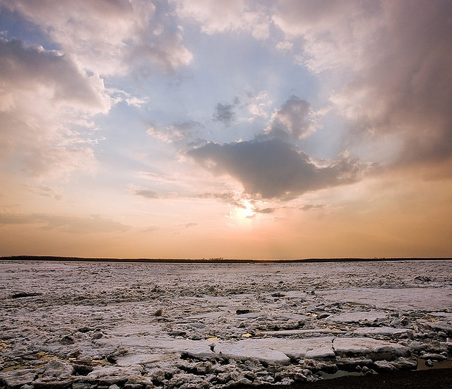 Amur river breaks ice    Spring has come to the russian far east